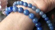 Авантюрин — какими свойствами обладает, кому подходит и как носить темно-синий камень