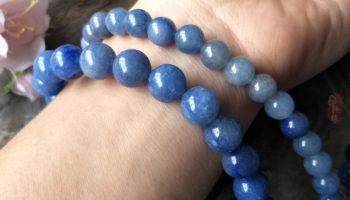 Авантюрин - какими свойствами обладает, кому подходит и как носить темно-синий камень