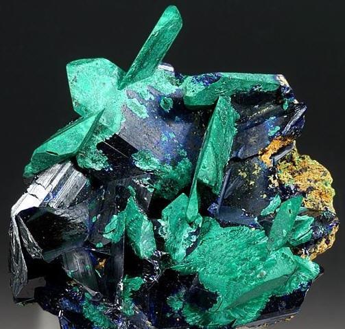 Разновидности, свойства и варианты применения камня азурит